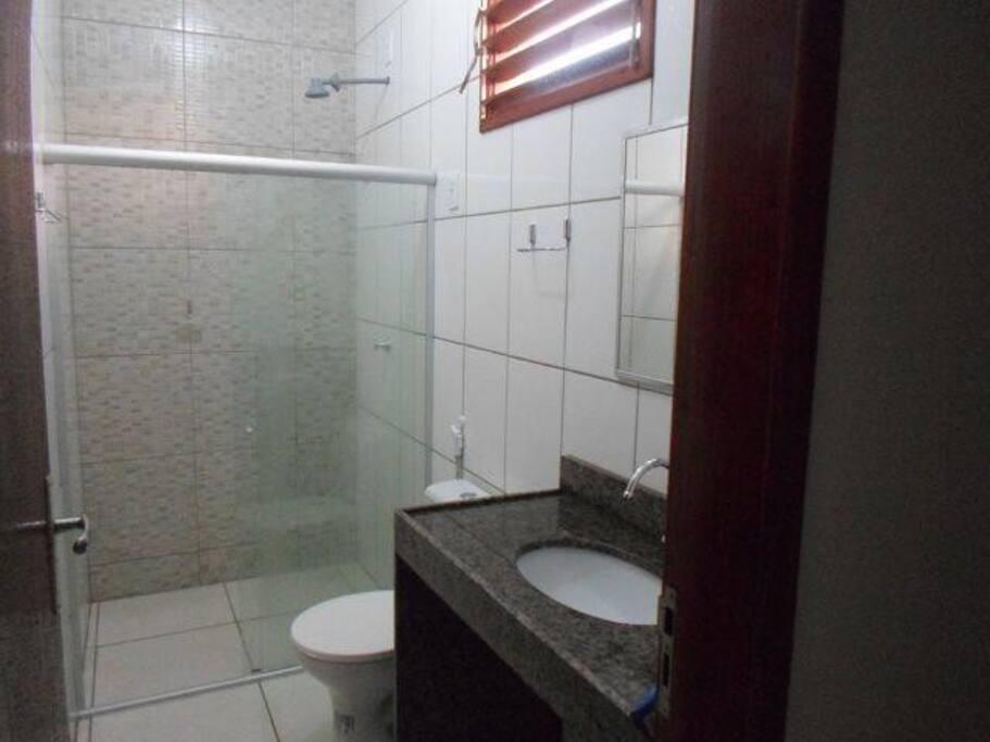 Todos os banheiros internos são iguais: têm box, mas somente um deles tem chuveiro elétrico.