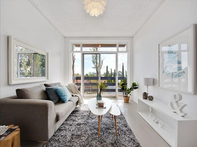 Light, Bright And Fully Renovated Unit - Eastwood - Lägenhet