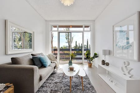 Light, Bright And Fully Renovated Unit - Eastwood