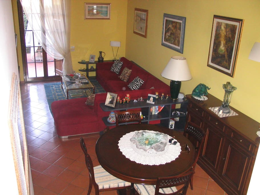 Gepflegter Wohnraum mit hochwertigen Möbeln