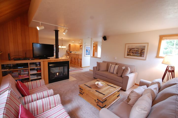 Nicely furnished townhome, BBQ, Wifi, Bikes, Beach access