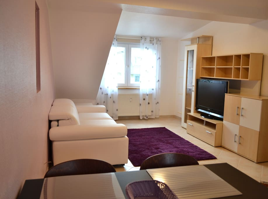 Wohnzimmer und Couch mit echter Matratze