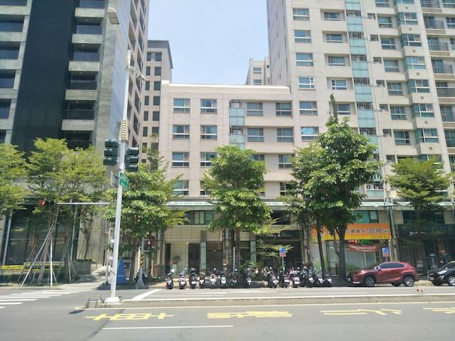 美術園區 公車站牌對面 是我們的大樓 our flat complex