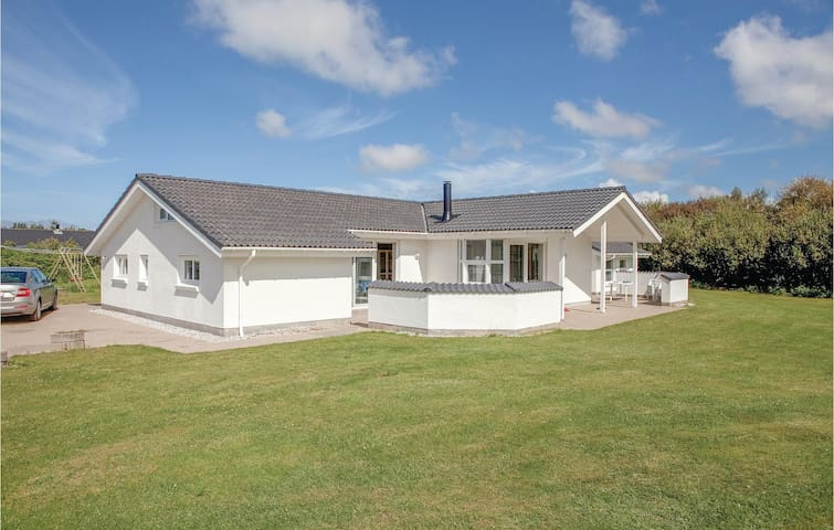 Holiday cottage with 4 bedrooms on 199m² in Hjørring