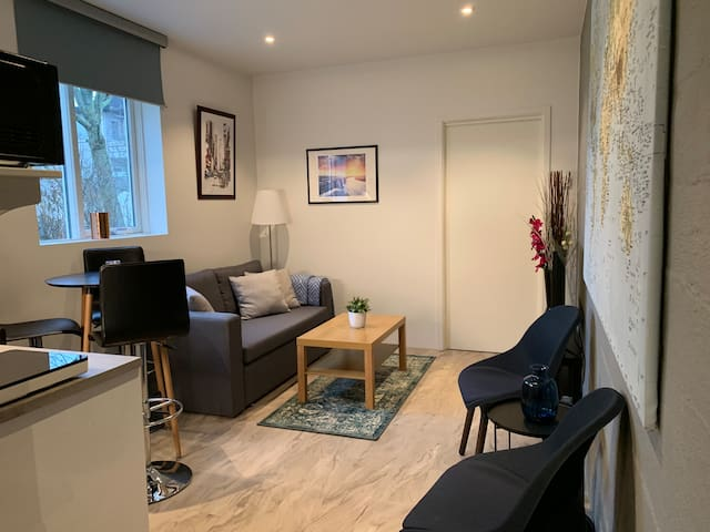 Beautiful New Central Cottage  ~Free parking