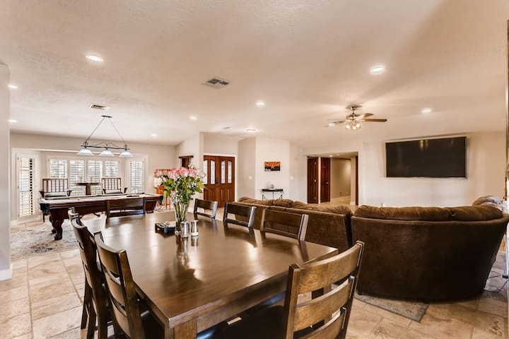 Glendale Oasis offers an open floorplan so you can spread out but still be together!