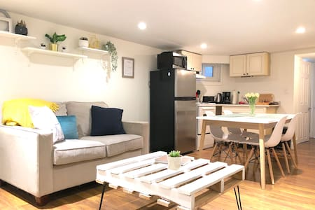 Bright & Cozy Apt in Trendy Beaches/Queen East
