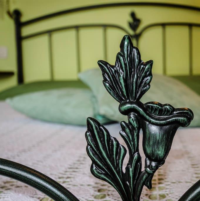 Particolare del letto in ferro battuto