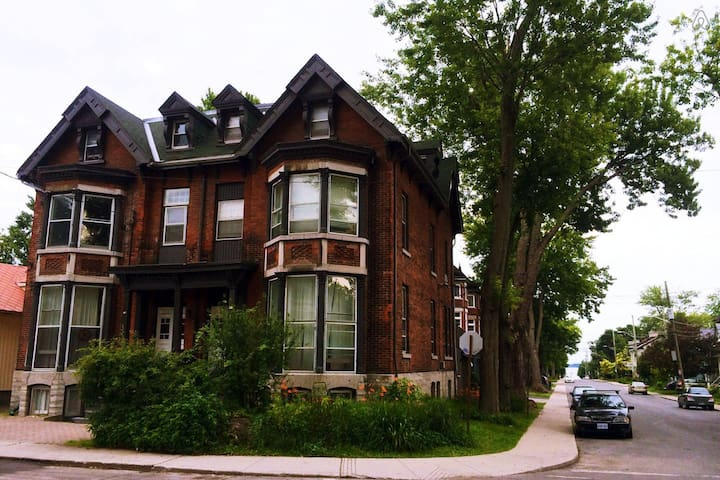 Spacious 4-Bedroom Victorian Home - Kingston - Apartamento