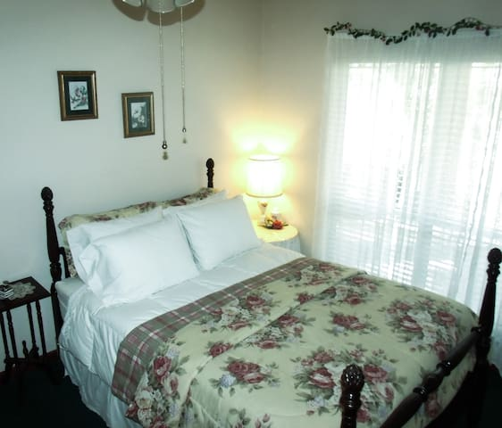 The Azalea Room Queen Bed at Woodridge B&B Pearl River