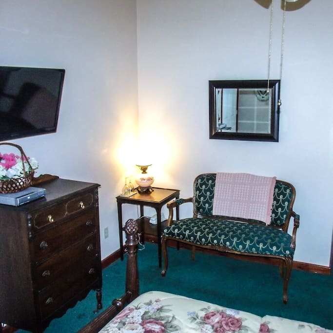 Woodridge B&B Azalea Room TV and seating area