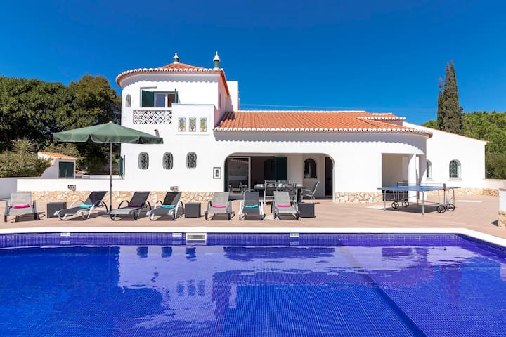 Casa Rainha, Stunning villa, Near Carvoeiro, Large pool area, BBQ , 3 Bedrooms, Sleeps 6 + 1, Air-co