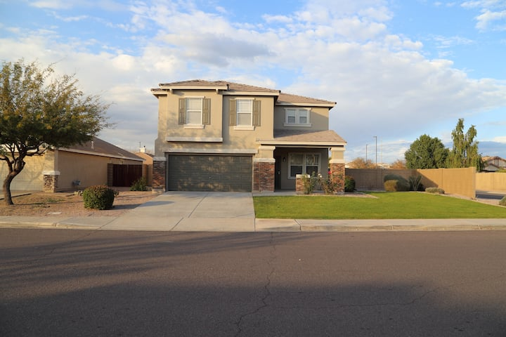 4 Bedroom Home -Near Freeway & Mall