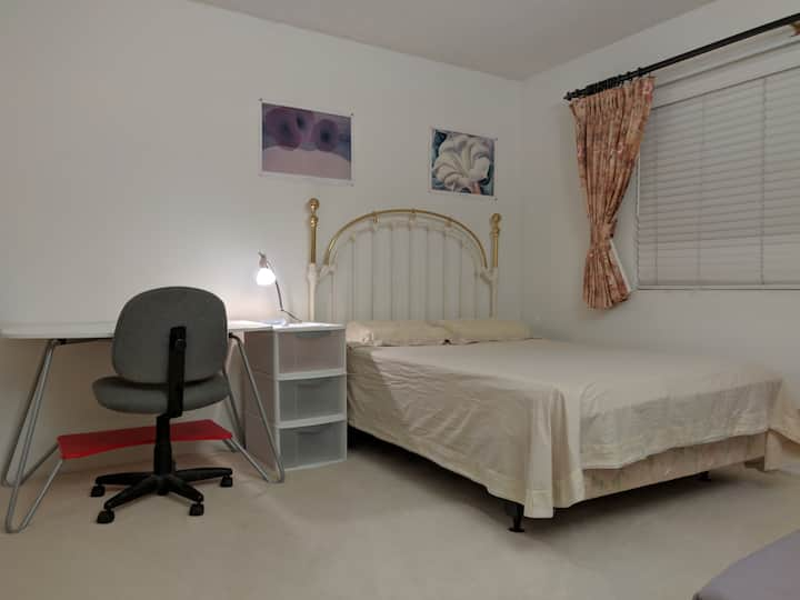 Spacious room w/shared bath in a 3 room house ( B)
