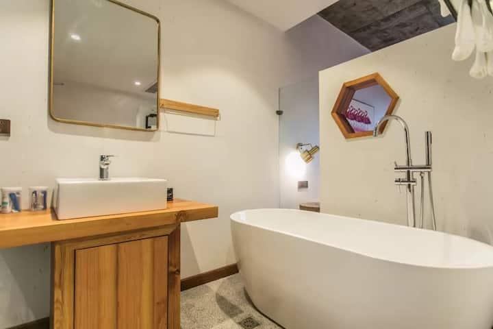 WUZHENG西柵旁【I】浴缸观景大床免费接送更多房源请点击头像