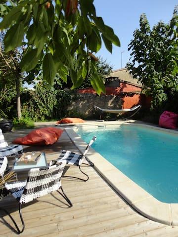 gite piscine dans cite médiévale - st macaire