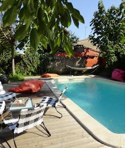 gite piscine dans cite médiévale - st macaire - Haus