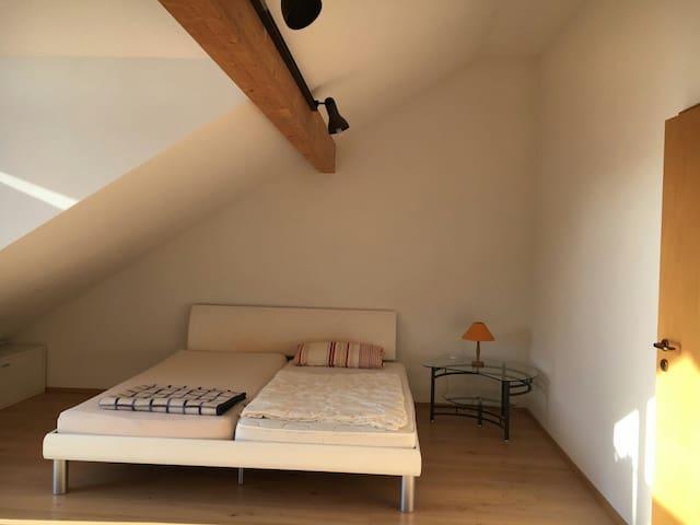Großes Zimmer,3 Gehmin. zum Bahnhof - Kaufering - Şehir evi