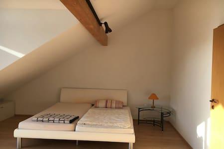 Großes Zimmer,3 Gehmin. zum Bahnhof - Kaufering - 타운하우스