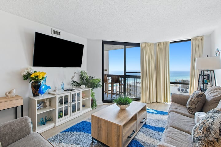 Swanky beachfront hotel-style condo w/ shared pool, hot tub, and beach access!