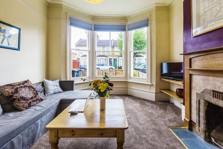 Spacious, Homely Flat & Garden for 4 in Bowes Park