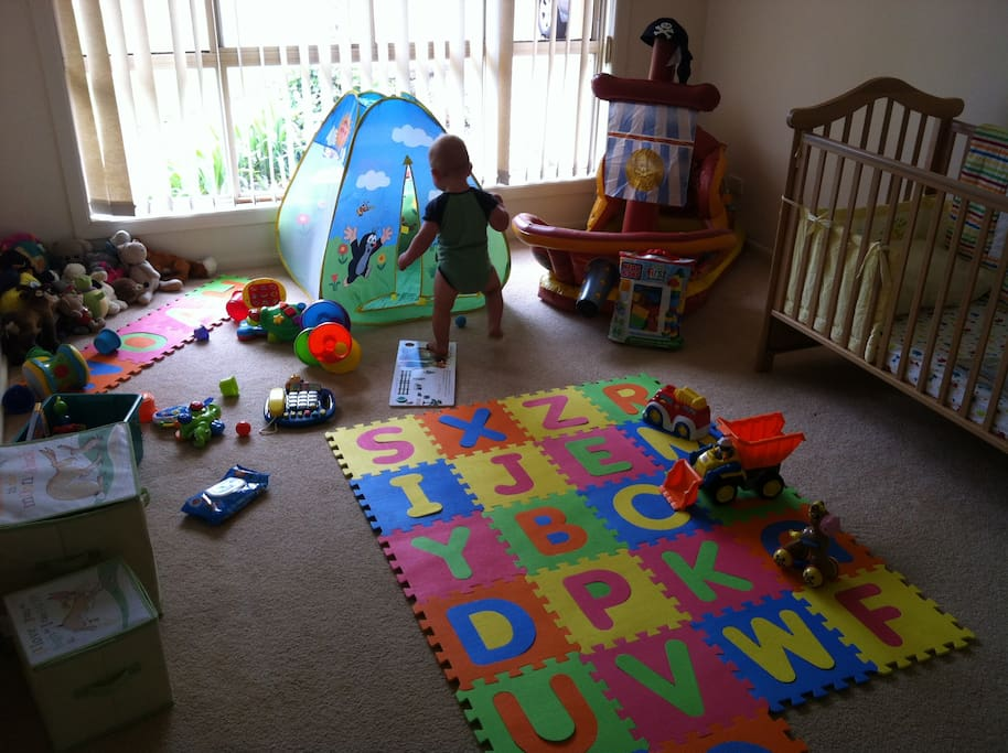 Children's play room/cot and toys