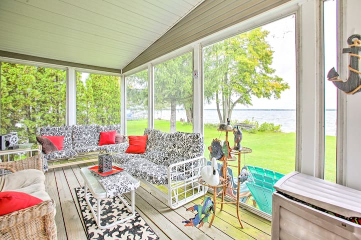 NEW! Houghton Lake Home w/Fire Pit, 2Mi to Trails!