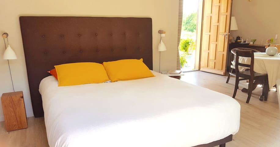Votre chambre est reposante et de bon goût. Literie neuve et confortable, linge de lit en lin de Normandie, jolie vue sur le jardin. La détente est appréciable à L'herbe aux Vaches.