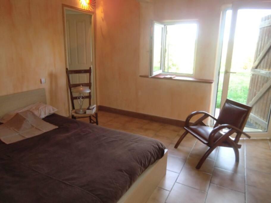 Une Chambre très ensoleillée 40 m2 à l'EST de plain - pied avec une sortie sur l'extérieur