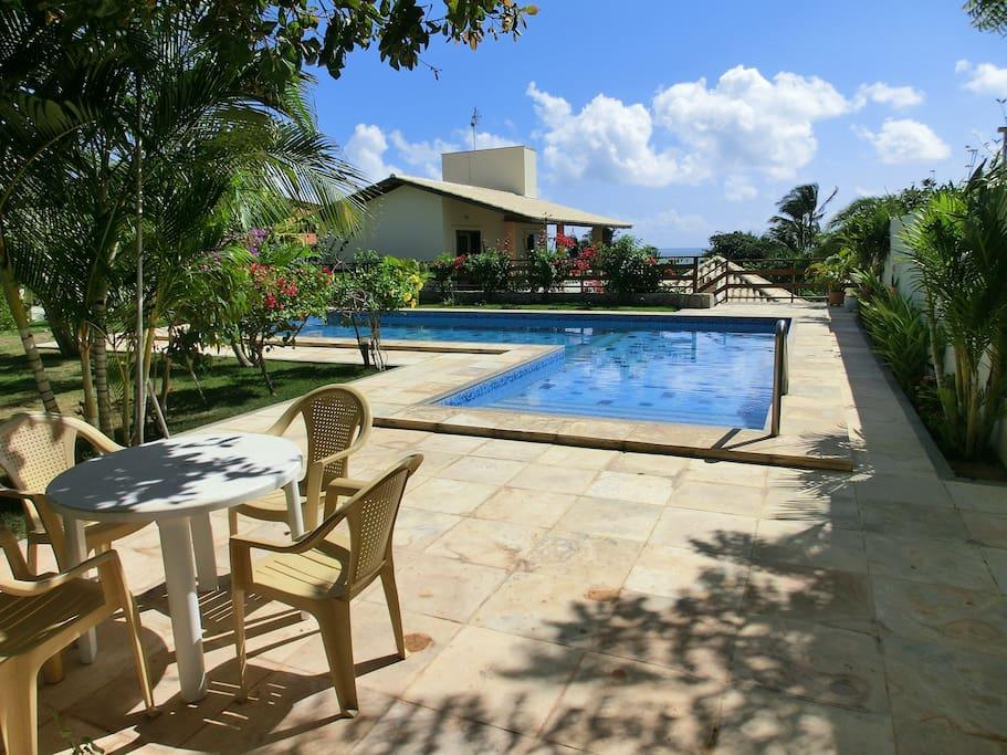 Casa-Vento mit Blick aus dem Garten und vom Pool auf die oberen beiden Zimmer