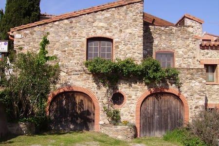 Naturstein-Haus mit Blick zum Meer - Tordères