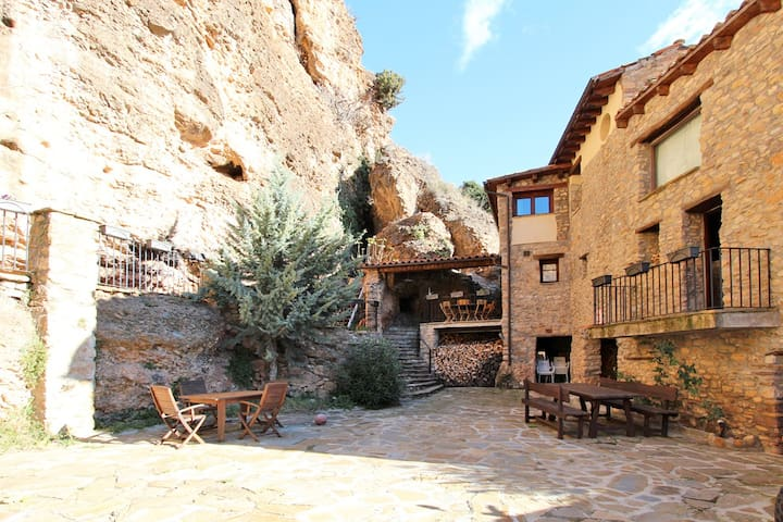 Beautiful home in medieval village, 15% discount - Rivert - Haus