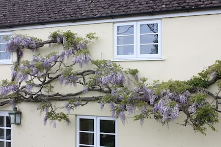 Nr Stourhead - Twin Room & bathroom - Witham Friary