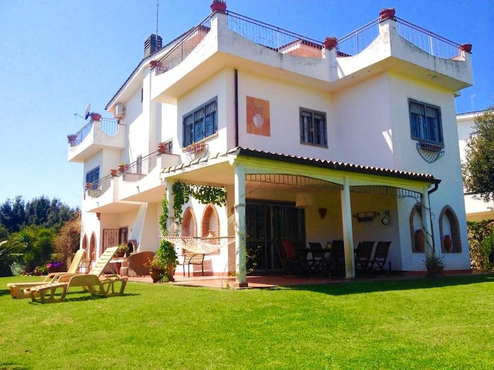 Elegant Villa sea view with large garden and BBQ