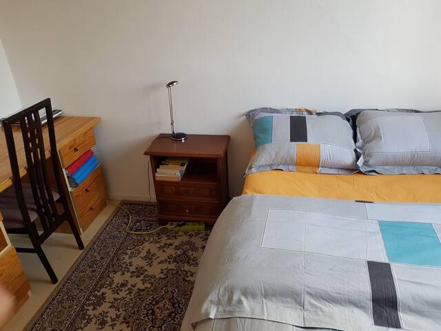 Chambre spacieuse, lumineuse et fonctionnelle.