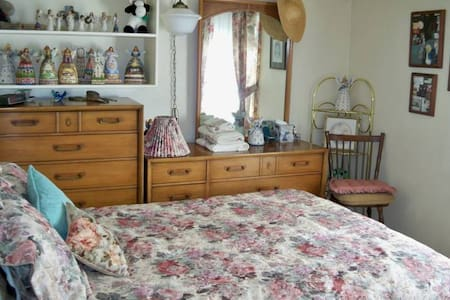 """Jim Shore"" room with  shared bath - Osceola - Bed & Breakfast"