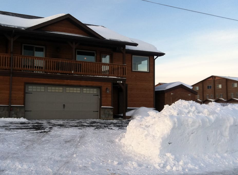 Mountain Retreat: 2BD, 2 BA with plenty of room (@1300 sqft) with heated garage, perfect for keeping your car warm and frost-free on the cold, winter mornings.