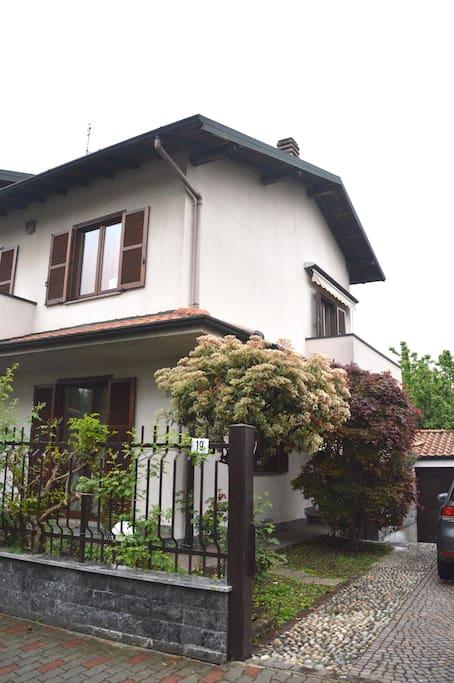 Esterno della casa, con giardino di pertinenza, BOX e posto auto