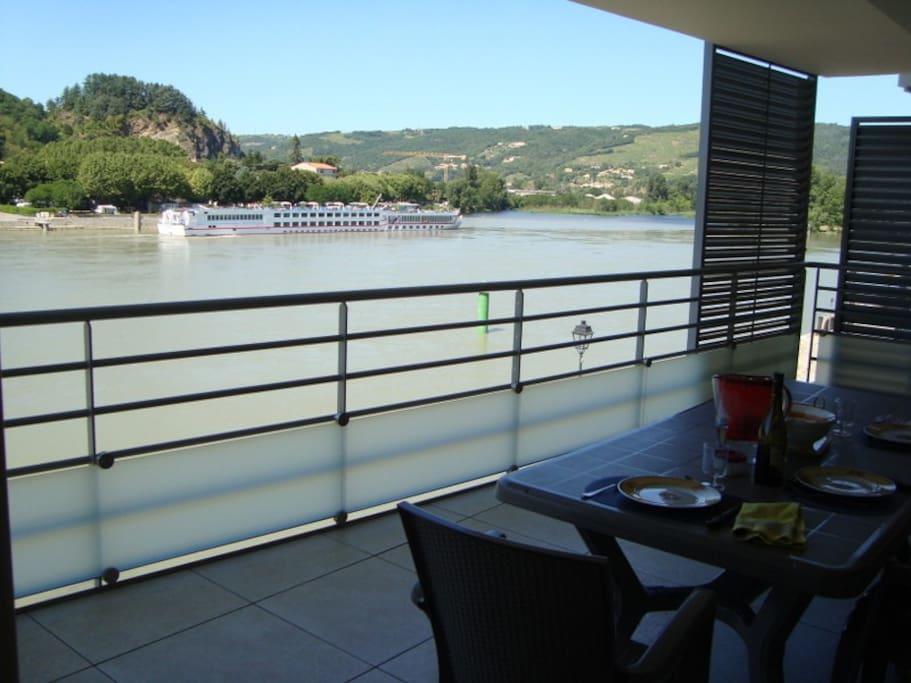 Vue amont de la terrasse sur le Rhône