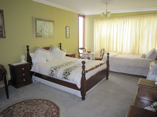 Large room with private access - Wynyard - Bed & Breakfast