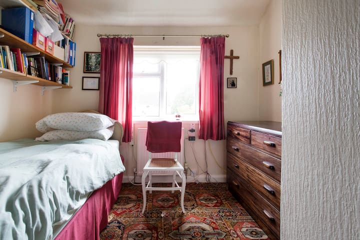 Single bedroom (east-facing).