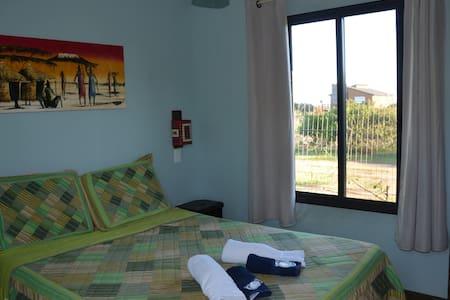 Dormitorio con baño privado en La Brujula Hostel - La Paloma
