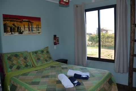 Dormitorio con baño privado en La Brujula Hostel