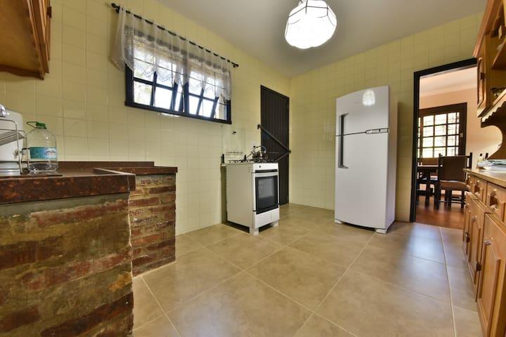 Cozinha equipada com utensílios domésticos