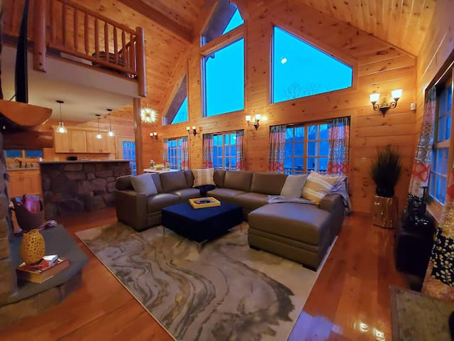 CHIC UPDATED DOWNTOWN Great Barrington, Sleeps 14