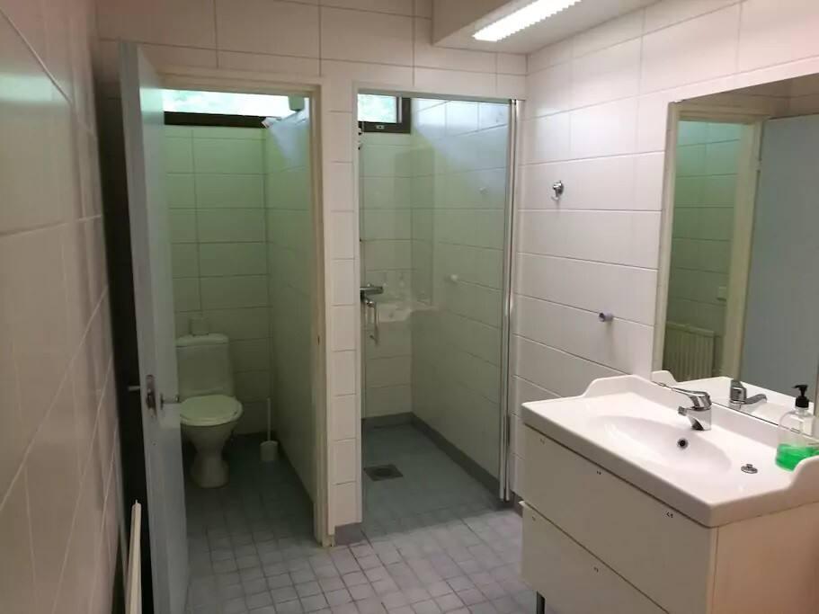 2 kpl kylpyhuone/WC tiloja