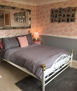 Comfy double bed, private bathroom - Seething  - Hus