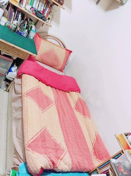 提供一張單人床,含棉被枕頭彈簧床