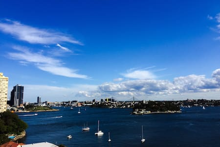 Apartment w/ balcony & water views, minutes to CBD - McMahons Point - 公寓
