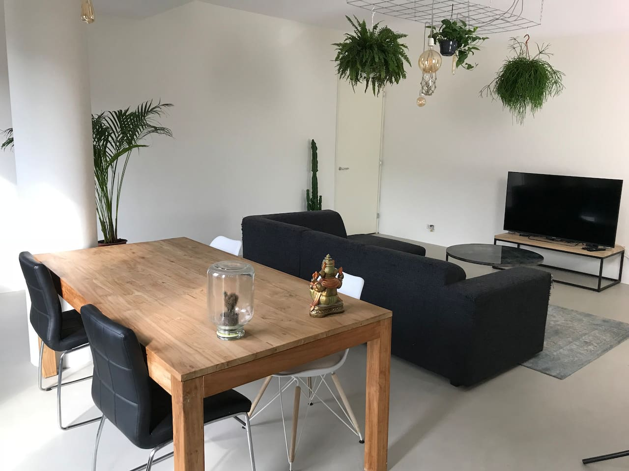 Spacious living room (40m2) with comfortable couch and big table to eat or work on.